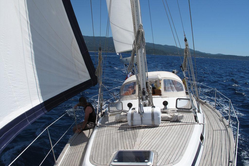 équipage et voilier en mer
