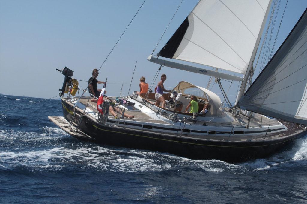 Equipage et voilier en mer